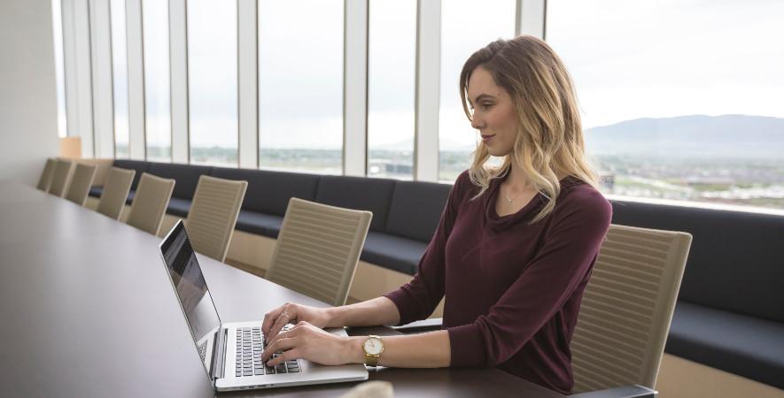 biznesowy-laptop-dla-kobiety